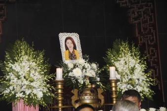 Ngập tràn nước mắt và hoa trắng trong đám tang MC Diệu Linh
