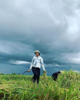 Hoa hậu Hen Niê tạm rời xa showbiz, về quê nhặt rau, gặt lúa