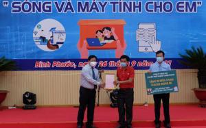 J&T Express chi nhánh Bình Phước  ủng hộ điện thoại cho học sinh nghèo