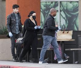 Justin Bieber và dàn sao đeo khẩu trang phòng độc, đính đá xuống phố