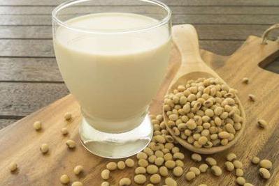 Sữa đậu nành cực tốt, nhưng tuyệt đối đừng uống nó chung với những thứ này, trong đó có trứng